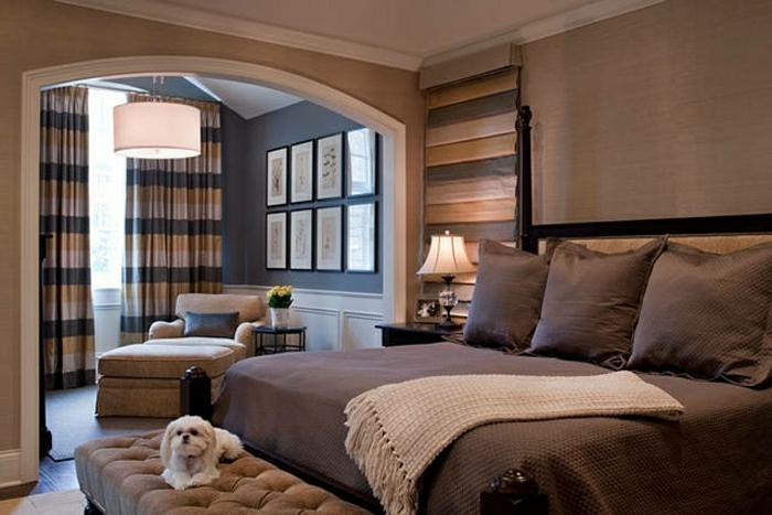 Schlafzimmer-exquisit-Cappuccino-Wände-Mocca-Bettwäsche-gestreifte-Gardinen-Hund