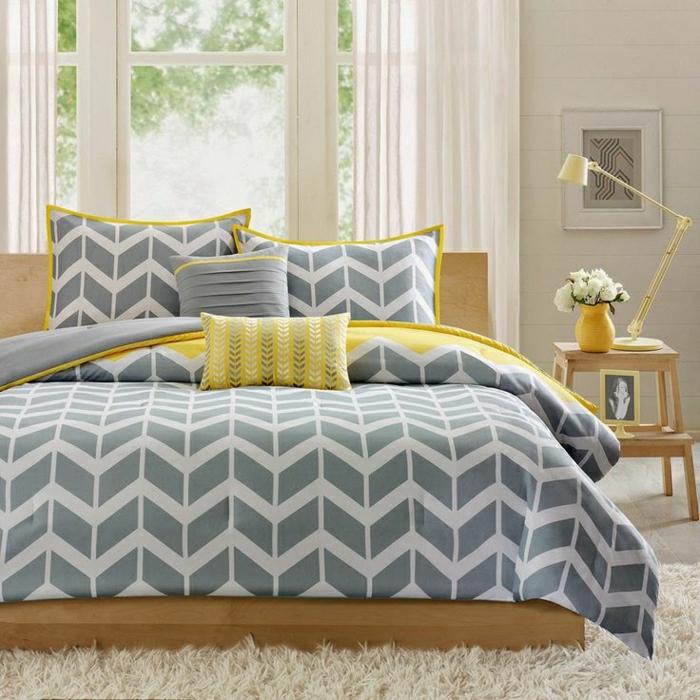 Schlafzimmer-flaumiger-Teppich-Bettwäsche-grau-weiß-gelbe-Akzente