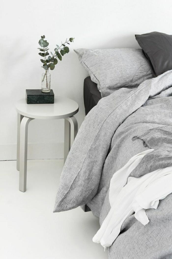 Schlafzimmer-grau-weiß-Bettwäsche-schön-gemütlich-minimalistisch