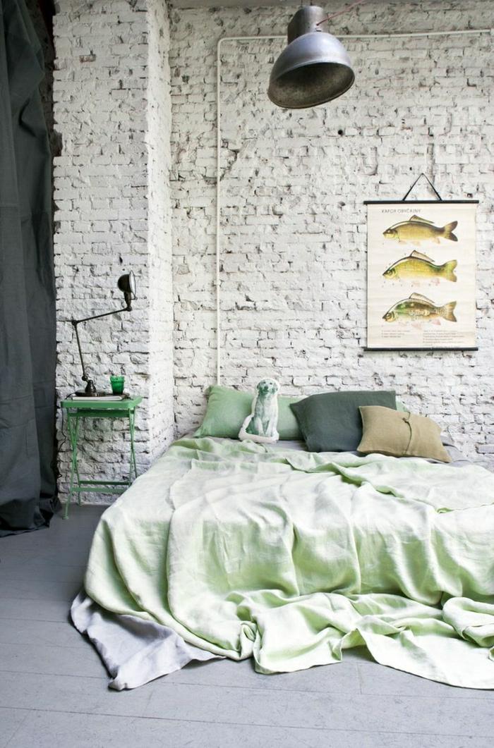Schlafzimmer-industrielles-Design-Ziegelwände-Fische-Bild-grüner-Nachttisch-schöne-Bettwäsche-Hund-Kisse
