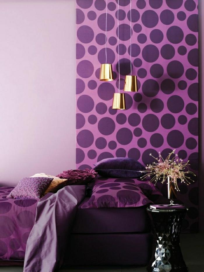 Schlafzimmer-modernes-Design-Wände-Bettwäsche-lila-goldene-Leuchten