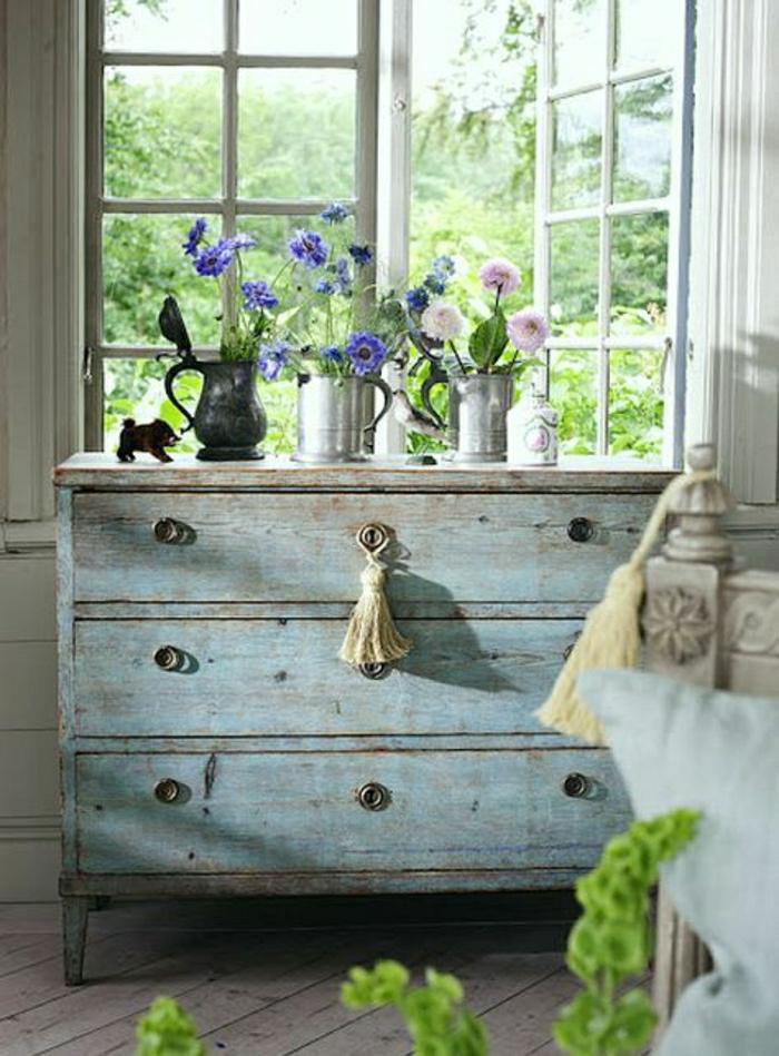Schlafzimmer-schwedisches-Interieur-türkisblaue-Kommode-Frühlingsblumen-Fenster-Grün