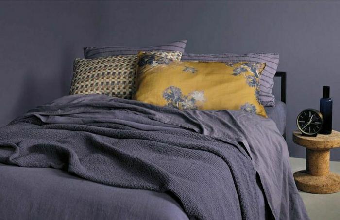 Schlafzimmer-simples-Design-lila-Bettwäsche-Schlafdecke-Kissen-gelb