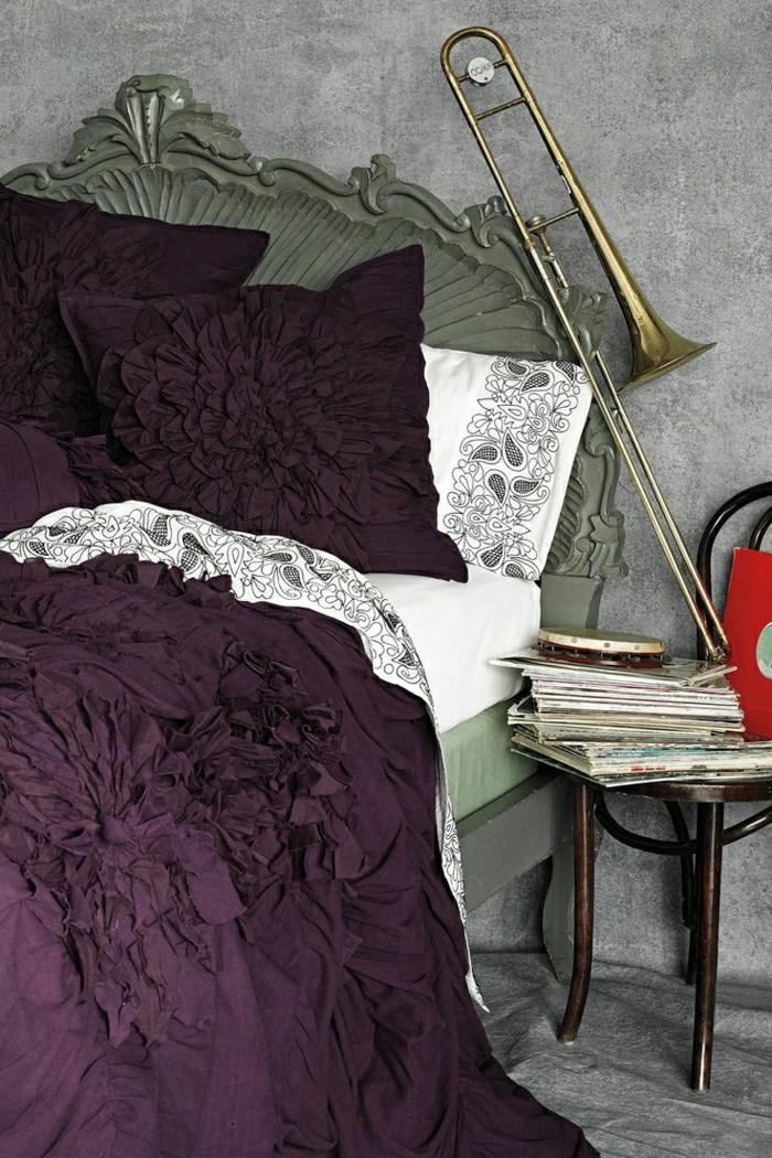 Schlafzimmer-vintage-Bett-lila-Bettwäsche-Stuhl-Notenblätter-Posaune-Tamburin