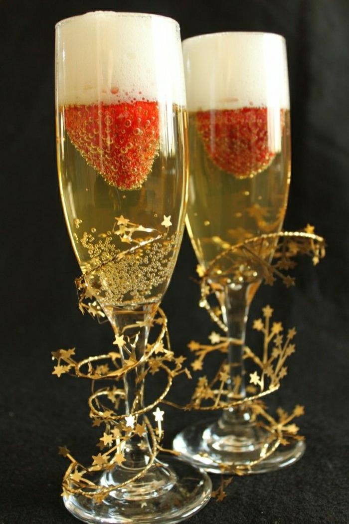 Sektgläser-Champagner-Erdbeeren-Spiralen-Sternchen-Dekoration