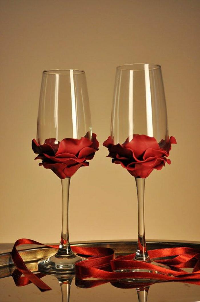 Sektgläser-Hochzeit-rote-Rosen-Bänder