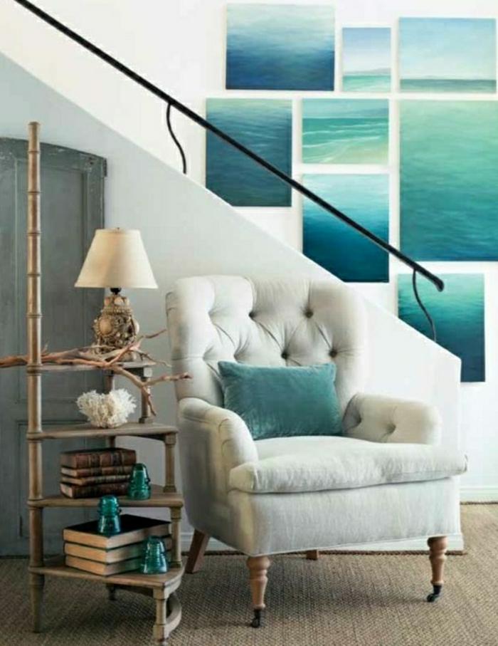 Sessel-beige-Treppen-moderne-Wandbilder-türkisblaue-türkisgrüne-Nuancen