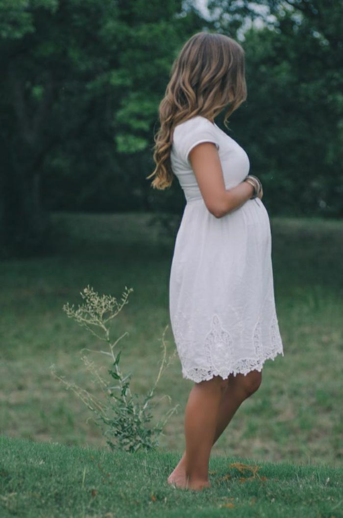 Sommerkleid-in-Weiß-schwangere-Frau