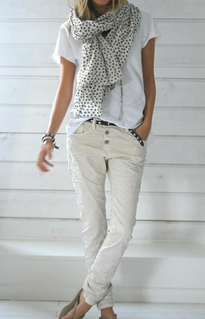 Sommerkleider-in-Weiß-Jeans-T-Shirt-Schal