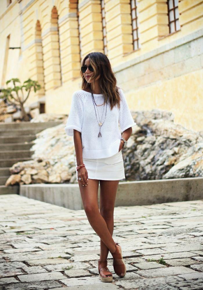 Sommerkleidung-weiß-Strickbluse-kurzer-Rock-braune-Sandalen