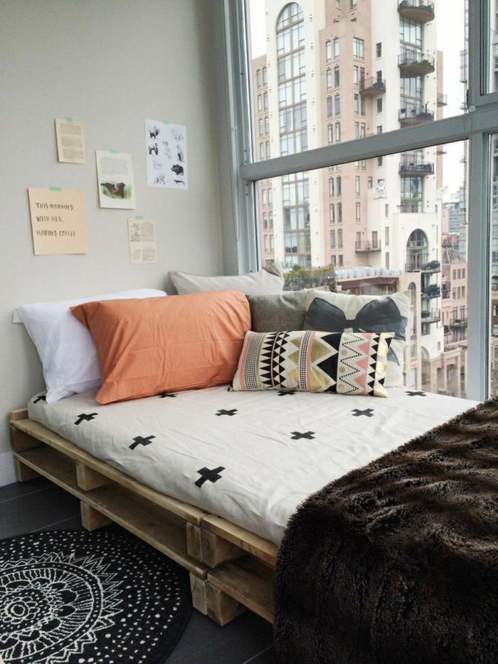 Stadtswohnung-Fenster-Bett-Boho-Chic-Stil-Bettwäsche