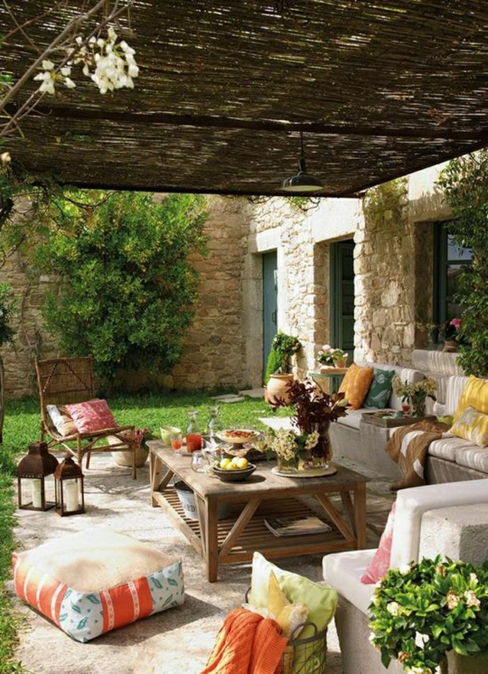 Steinhaus-Garten-mediterraner-Stil-bunte-Kissen-Laternen-Kerzen-Früchte