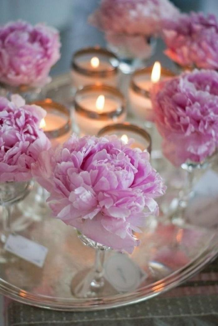 Tisch-Dekoration-rosa-Blumen-Kerzen