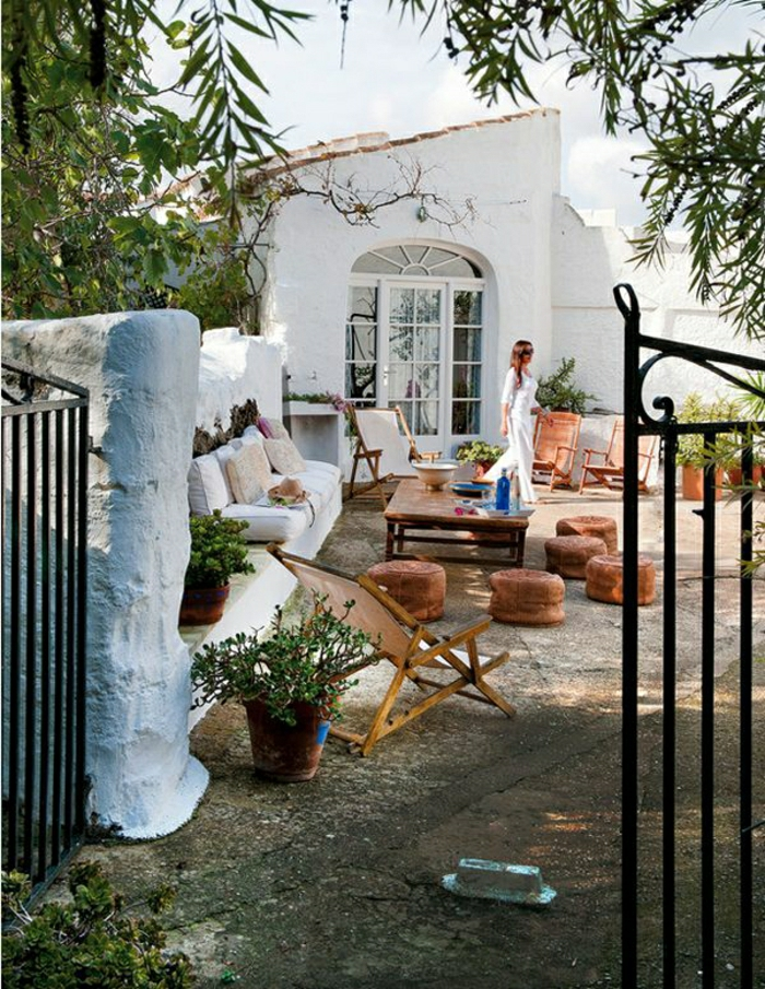 Villa-Menorca-Spanien-mediterraner-Stil-Hocker-Liegestühle-Blumentöpfe
