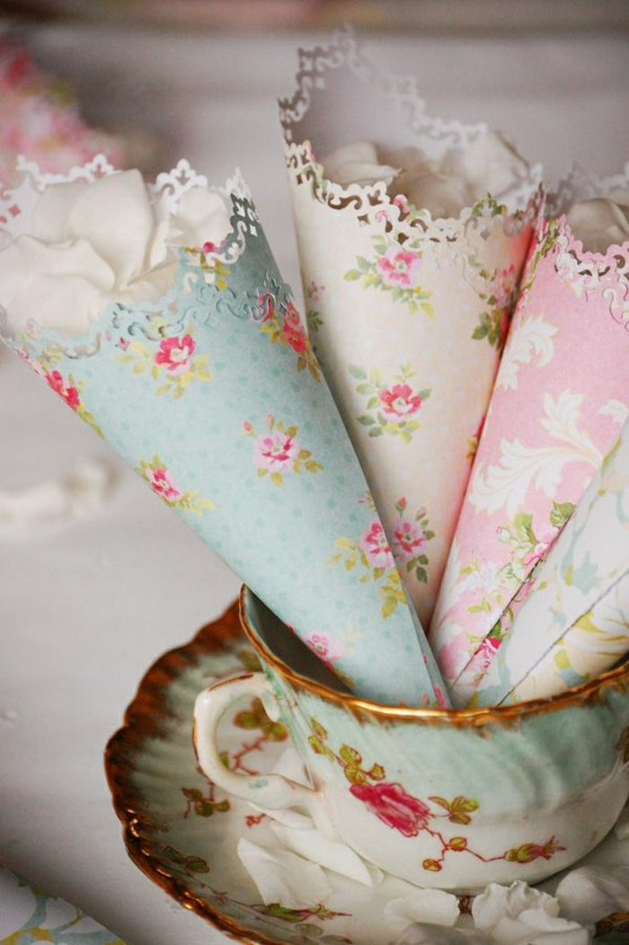 Vintage-Teetasse-Porzellan-weiße-Rosenblätter-Konfetti-Tapeten-Kornette