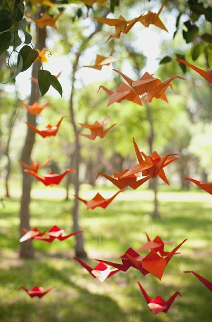 Wald-Bäume-Origami-Kraniche-hängende-Deko-orange-rot