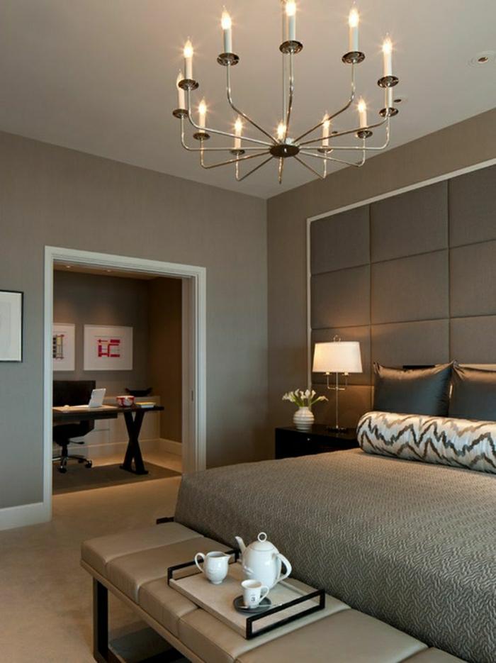 Wandfarbe-Cappuccino-Schlafzimmer-Kronleuchter-keine-Tür