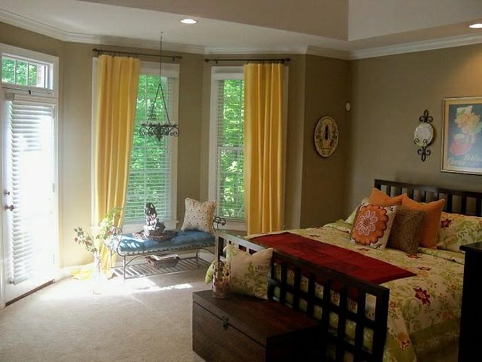 Wandfarbe-Cappuccino-Schlafzimmer-gelbe-Gardinen-bunte-Bettwäsche