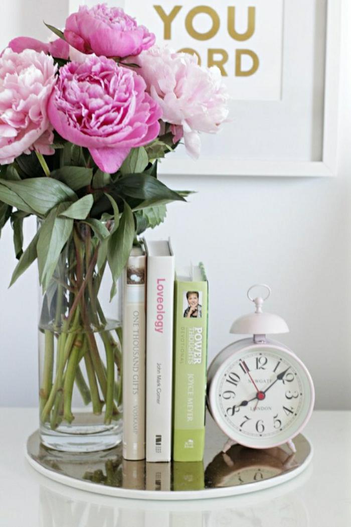 Wecker-Bücher-Dekoration-mit-Blumen