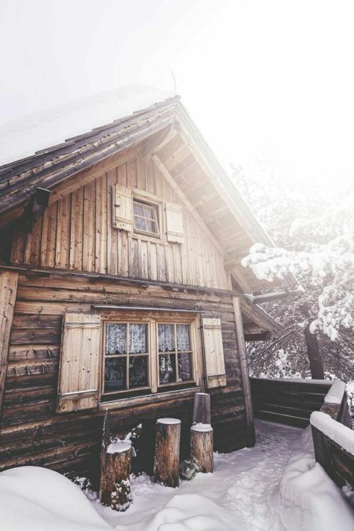 Winterhütte-Holz-Schnee-Veranda-Bäume