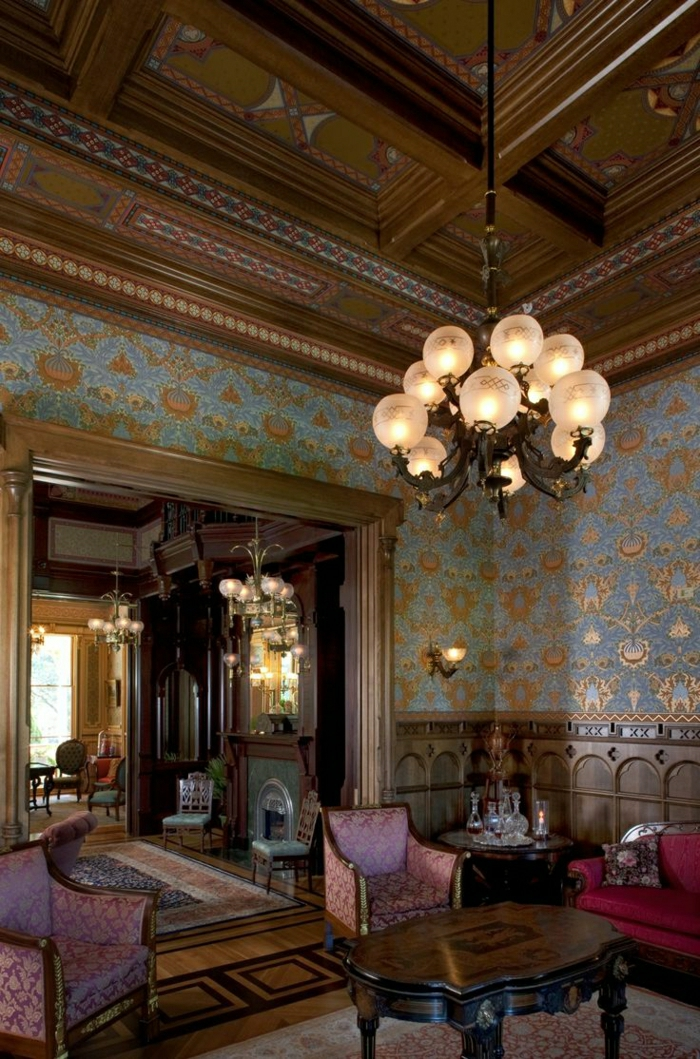 Wohnhaus-Holz-Sessel-Barock-Polsterung-Tapete-goldene-Elemente