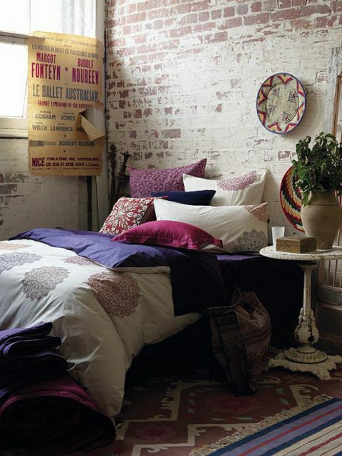 Wohnung-künstlerisch-Bettwäsche-lila-rosa-weiß-Ornamente-Ziegelwände