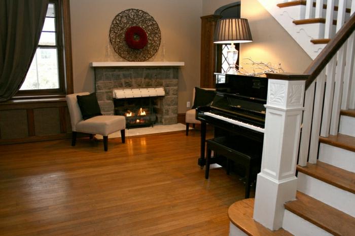 Wohnzimmer-Cappuccino-Wände-Kamin-Klavier-Treppen
