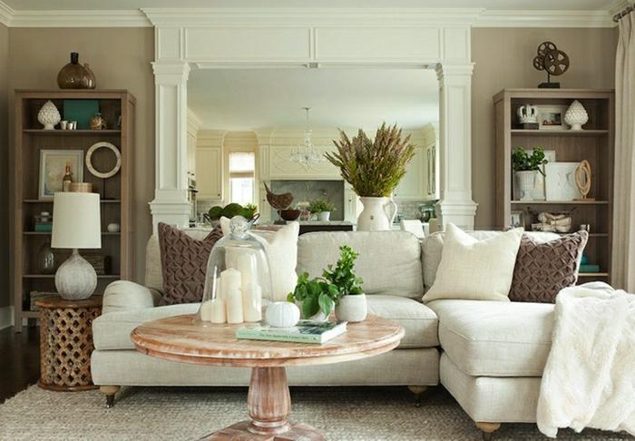 Wohnzimmer-Cappuccino-Wände-weißes-Sofa-vintage-Tisch