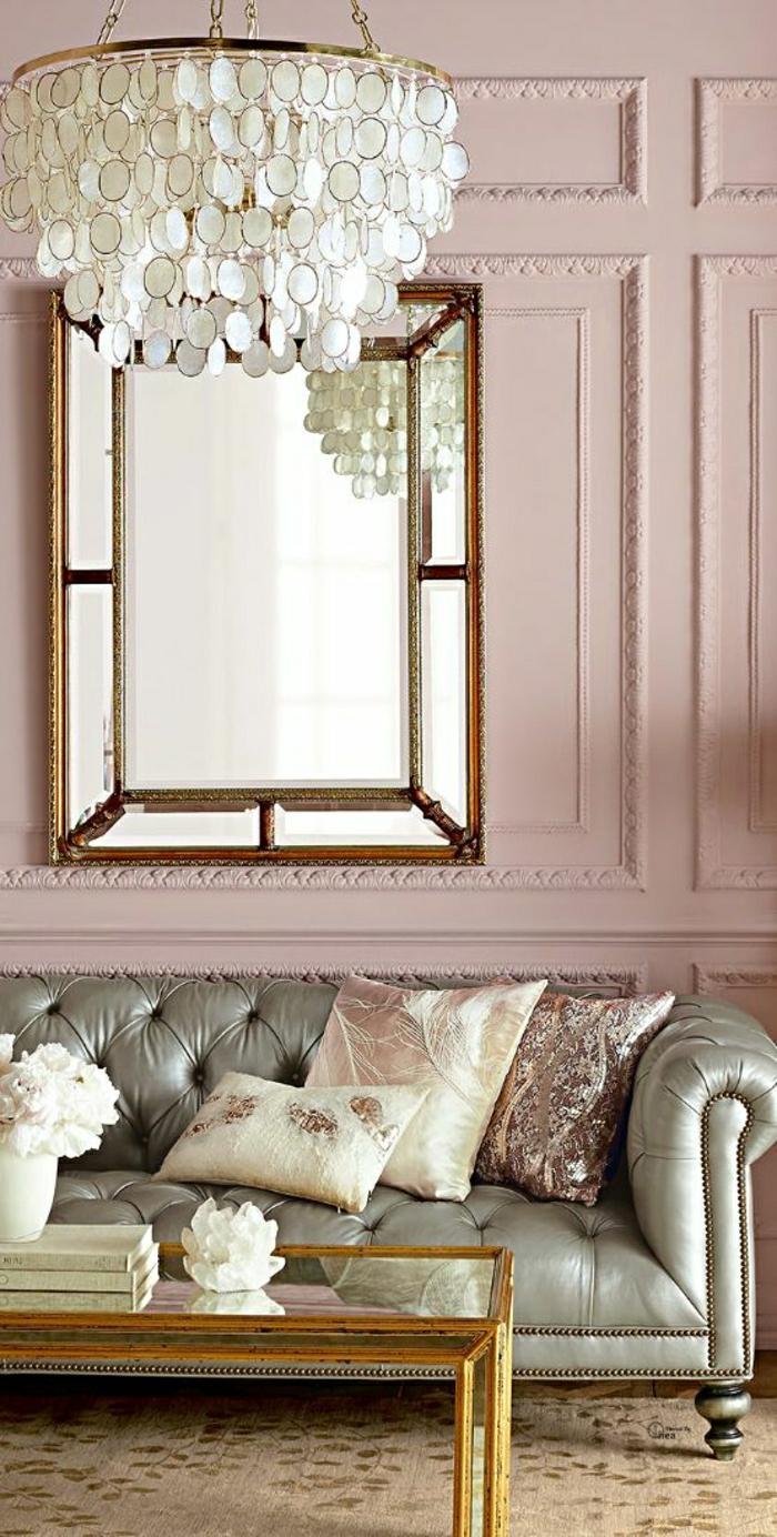 Wohnzimmer-Chesterfield-Sofa-Metallglanz-Kissen-rosa-Wände-schöner-Kronleuchter
