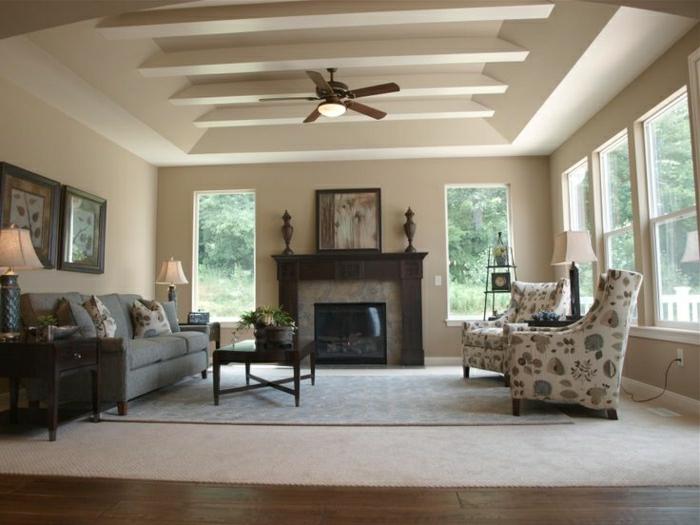 Wohnzimmer-Kamin-Cappuccino-Wände-Decke-Sofa-bunte-Sessel-Bilder-große-Fenster