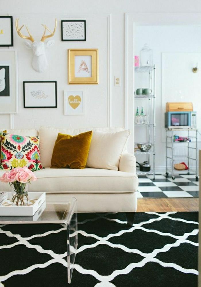 Wohnzimmer-Rosen-bunte-Kisse-Wandbilder-goldener-Rahmen-Geweih
