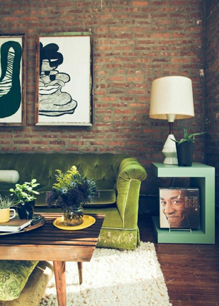 Wohnzimmer-in-grünen-Nuancen-Chesterfield-Samt-Ziegelwände