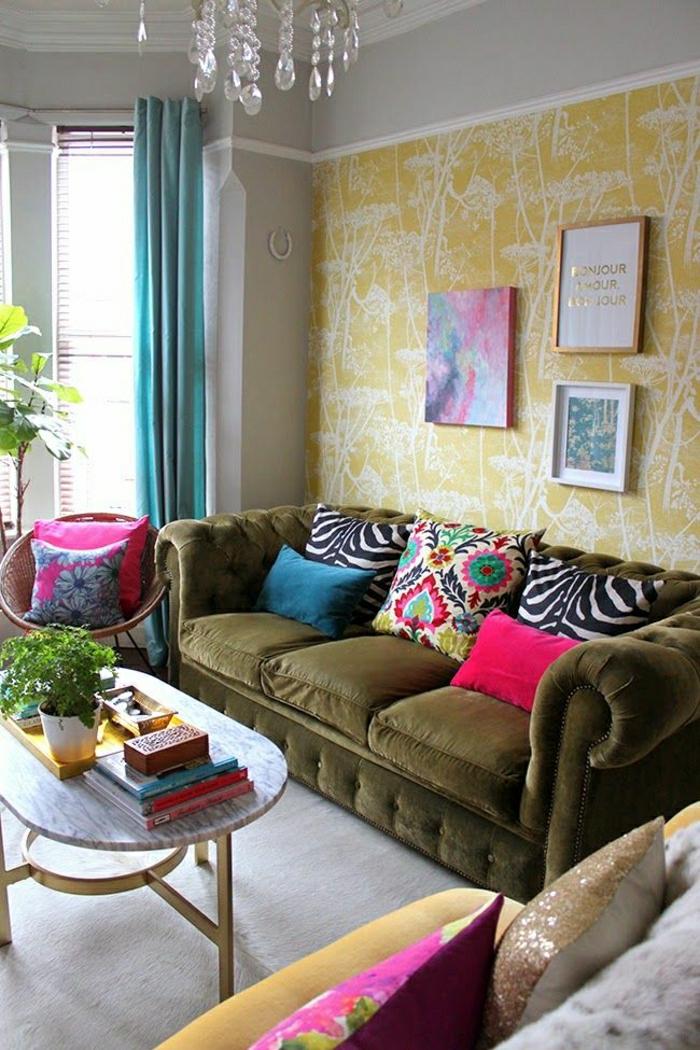 wohnzimmer chesterfield:Wohnzimmer-olivgrünes-Chesterfield-Sofa-bunte-Kissen-Zebra-Print