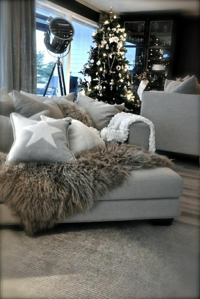 Wohnzimmer-skandinavisch-Weihnachten-Interieur-Tannenbaum-Sofa-Kissen