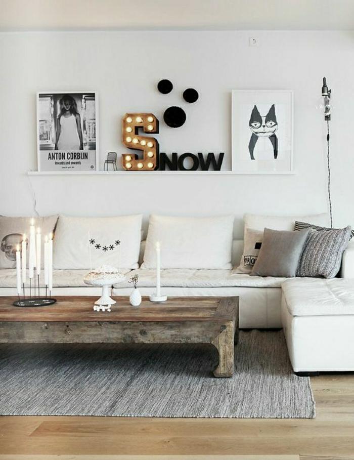 Wohnzimmer-weiße-Gestaltung-rustikaler-Tisch-moderne-Wandbilder-Katze-Frau