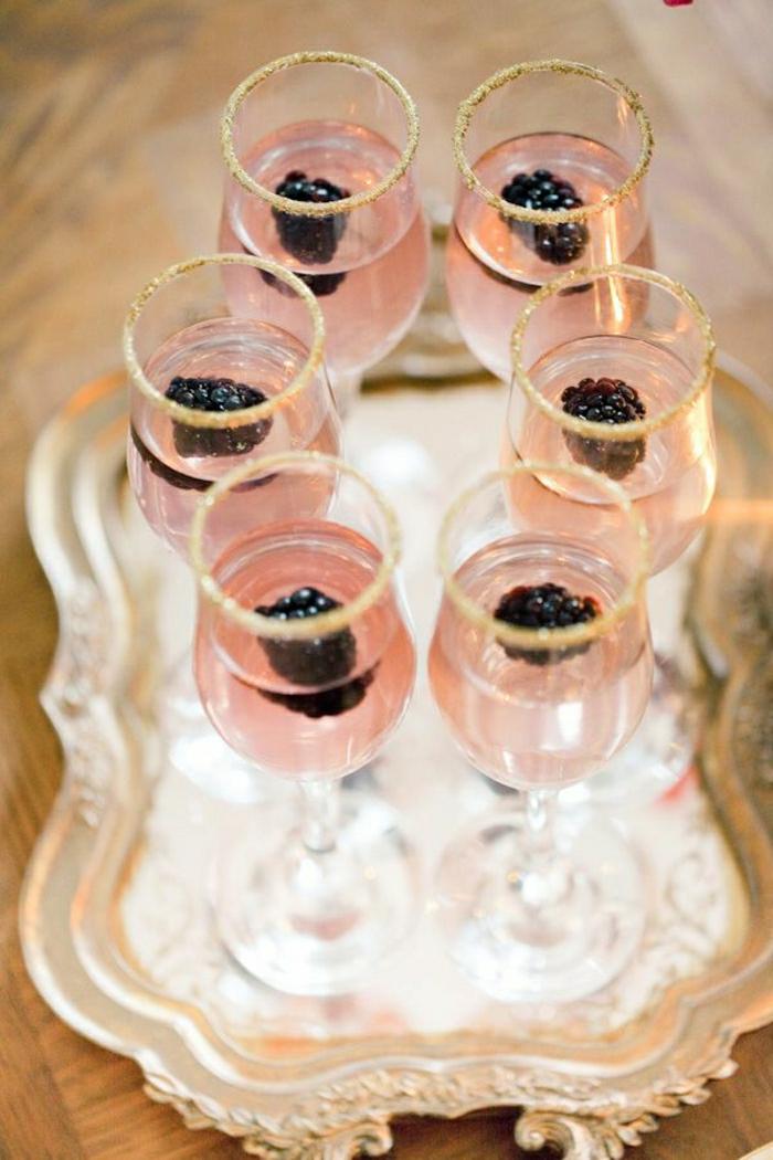 Zucker-umrandete-Brombeere-Cocktails-Champagner-Gläser