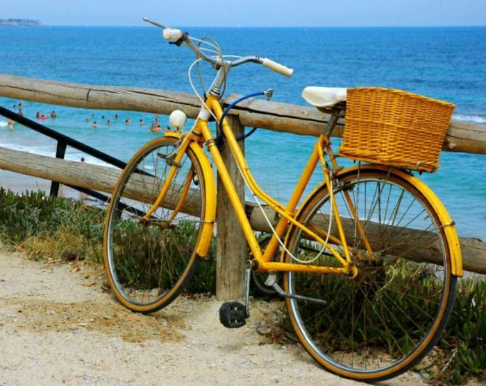 altes-gelbes-Fahrrad-Korb-Meer-Strand