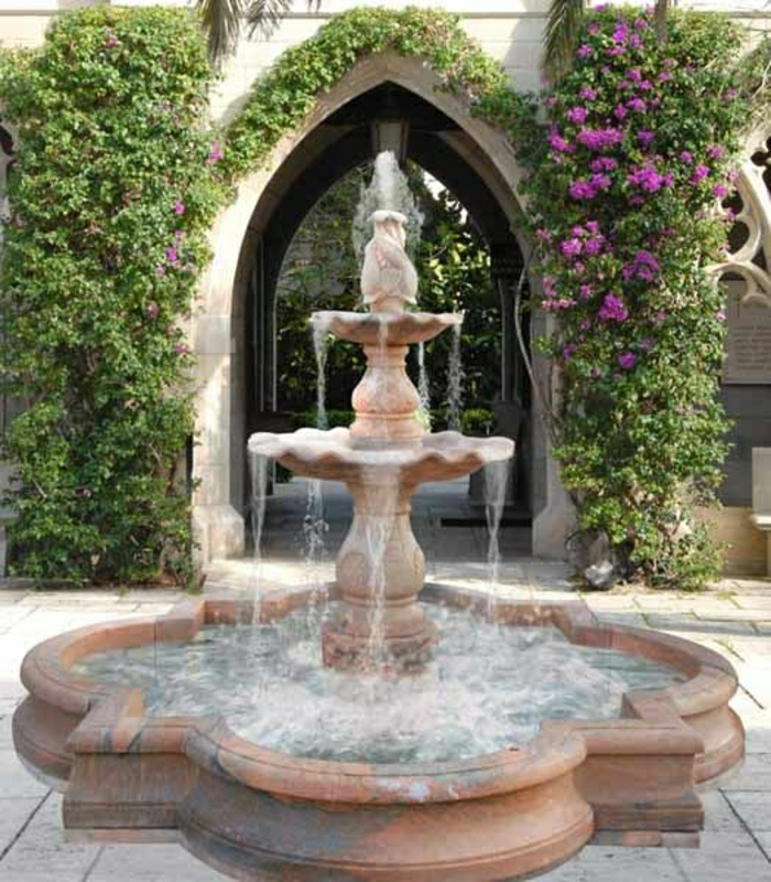 aristokratischer-Gartenbrunnen-schleichende-Blumen