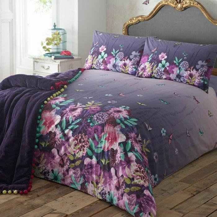 aristokratisches-Bett-lila-Bettwäsche-Blumenprint-Schlafdecke-vintage-Nachttisch-weiß-Vögelkäfig