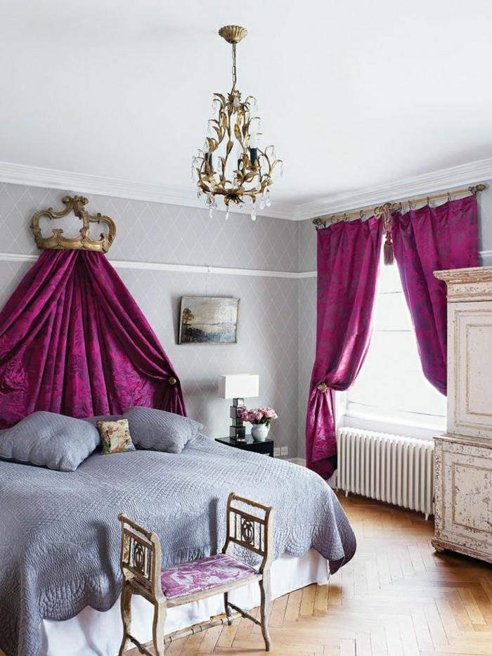 aristokratisches-Schlafzimmer-zyklamfarbene-Gardinen-Bettwäsche-lila-Kronleuchter
