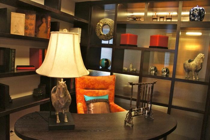 asiatische-wohnideen-orange-sessel-und-große-lampe