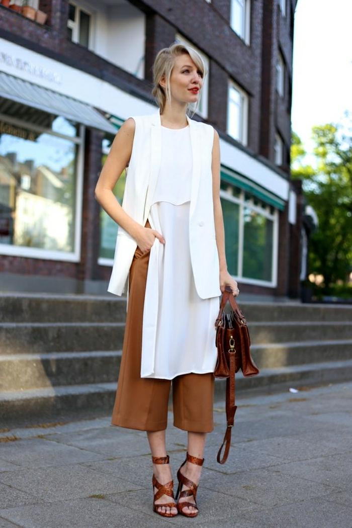 asymetrische-vielschichtige-Sommerkleidung-weiß-Tasche-Sandalen-braun