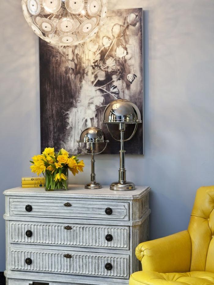 außergewöhnliche-wohnideen-gelber-sessel-neben-dem-schrank-mit-vielen-schubladen