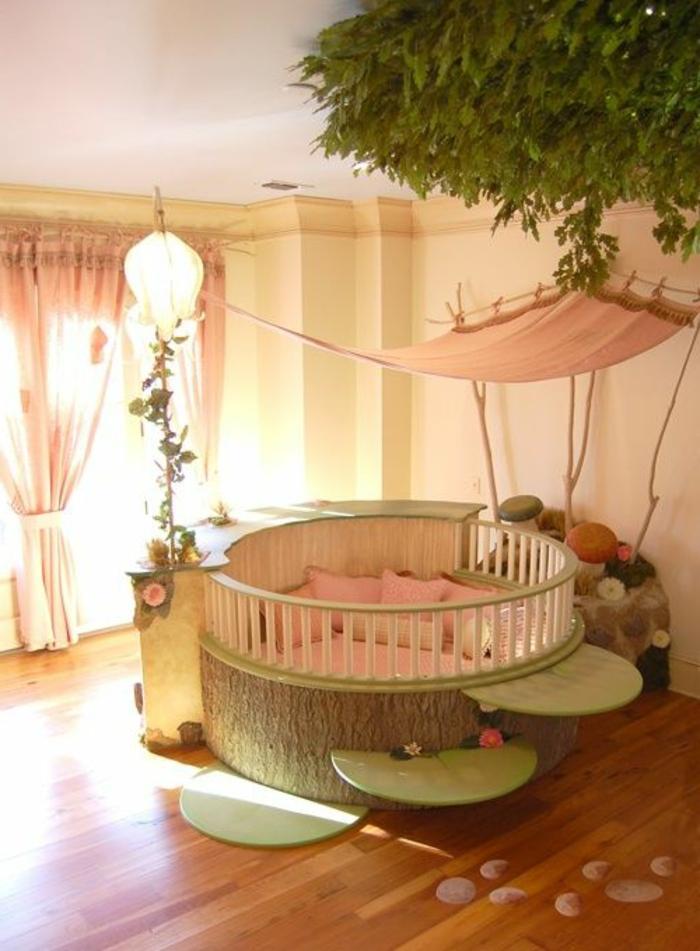 babyzimmer-design-großes-rundes-babybett-grüne-pflanzen-im-zimmer