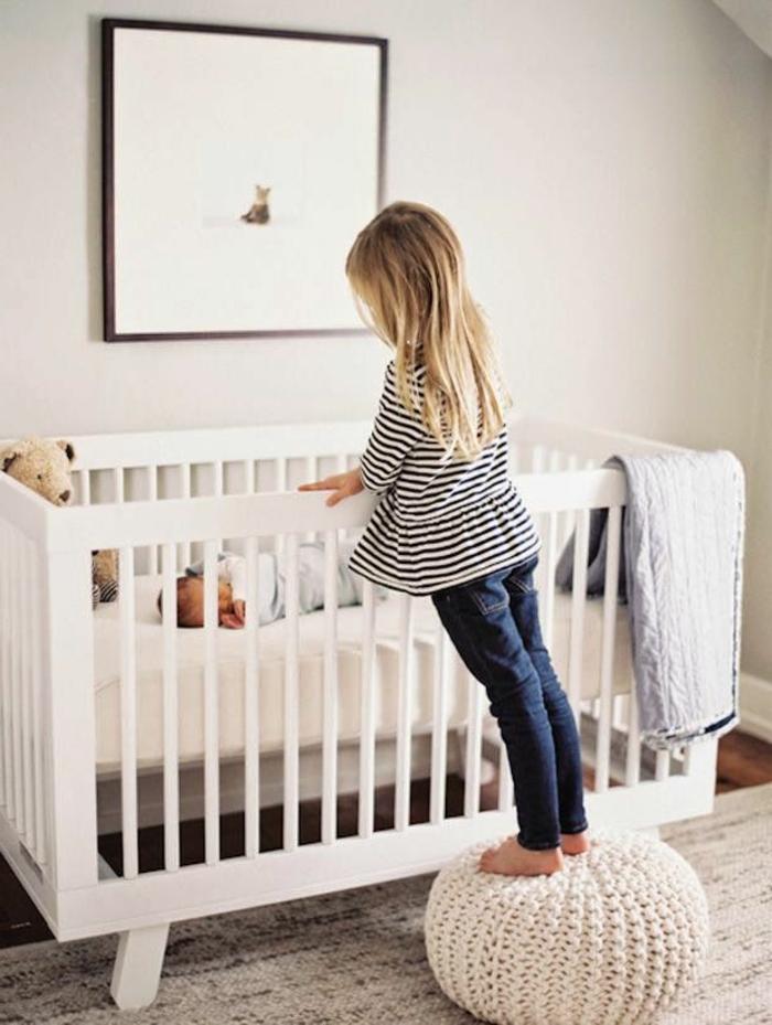 babyzimmer-design-kleine-schwester-über-dem-babybett