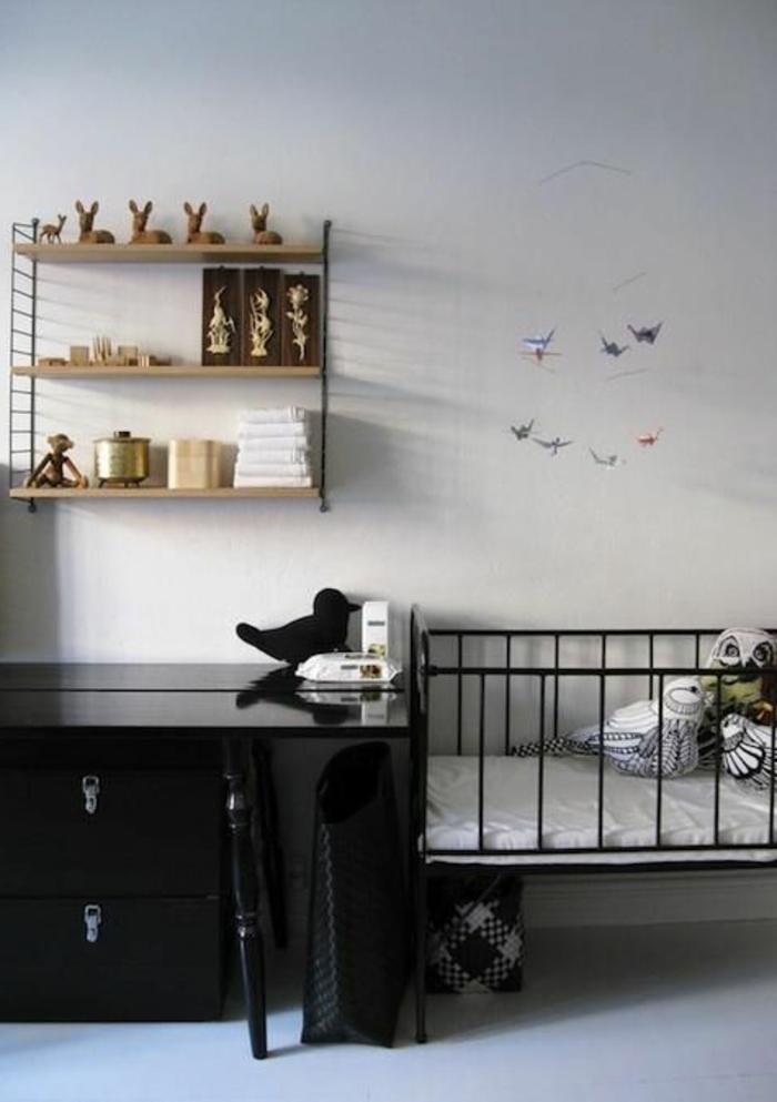 babyzimmer-design-schwarze-schubladen-neben-dem-babybett