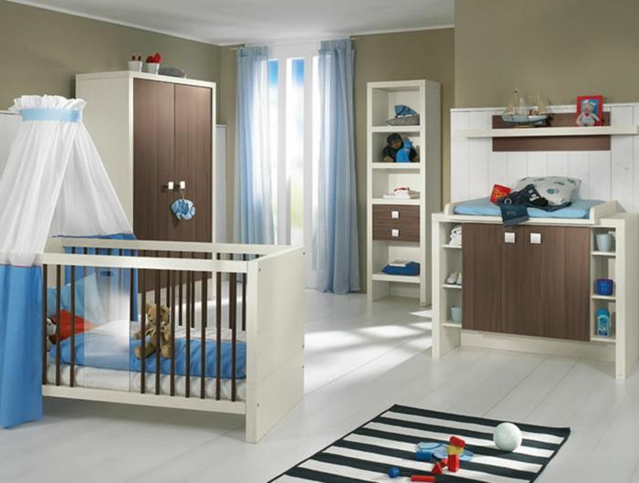babyzimmer-design-teppich-weiße-gardinen-über-dem-babybett