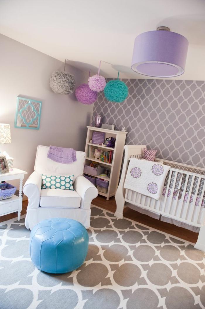 babyzimmer-design-weißer-sessel-und-blauer-hocker