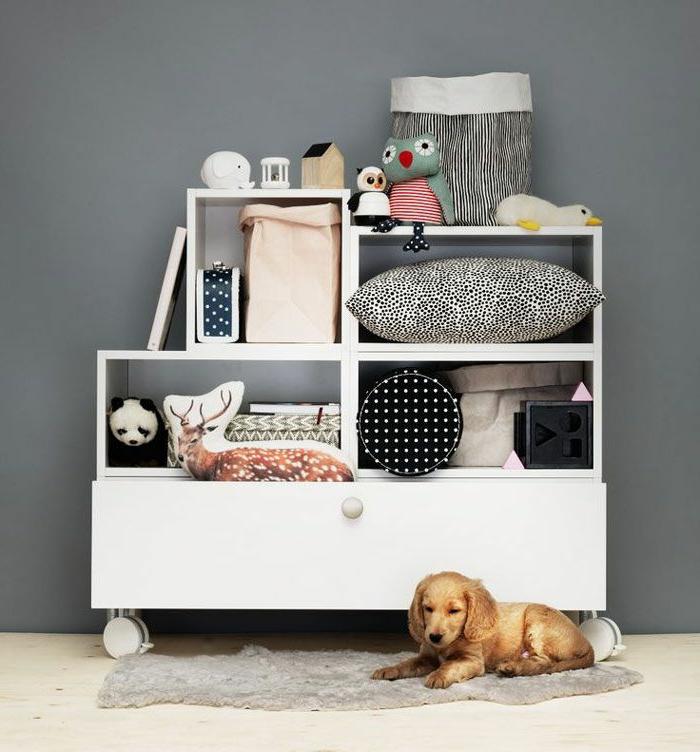 babyzimmer-design-weißes-schrank-und-ein-hund