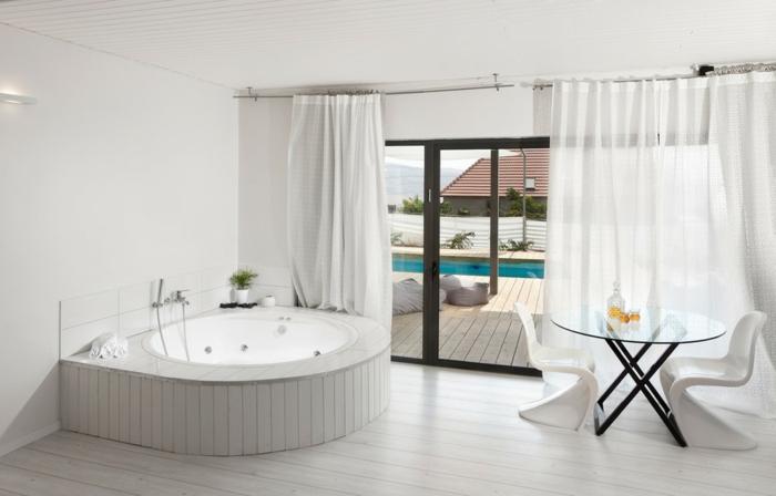 badeinrichtungen-ideen-elegante-weiße-badewanne